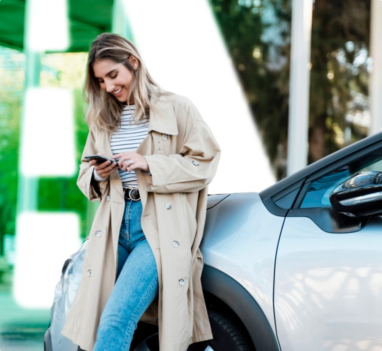 Frau vor ihrem Auto-Abo.